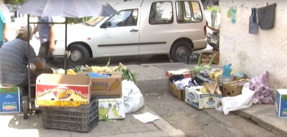 Durrës:Tregu i fruta-perimeve pa kushte higjeno-sanitare
