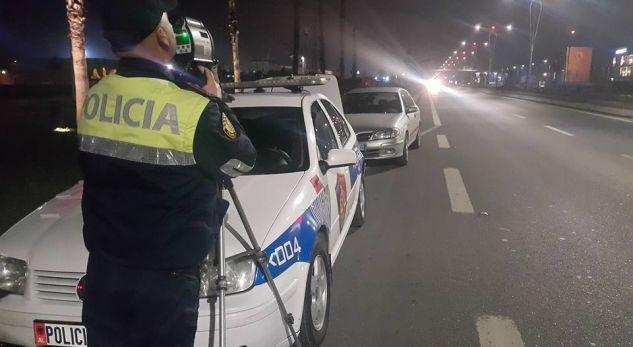 """VIDEO/ """"Mbroni jetën"""", Drejtonin mjetin me shpejtësi """"skëterrë"""", 15 shoferët e pësojnë keq"""