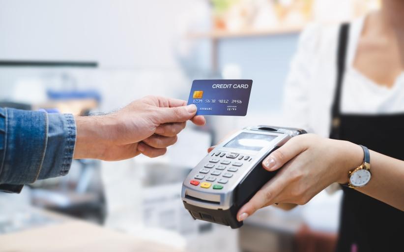 Koronavirusi mbijeton tek kartat e kreditit  ja si ti dezinfektoni