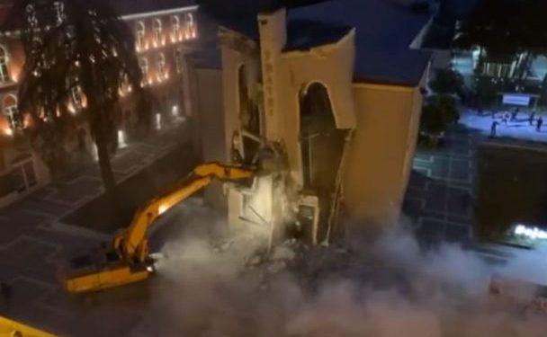 Video/ Shembet herët në mëngjez Teatri Kombëtar, forcat e policisë e bënë aksionin gjatë natës
