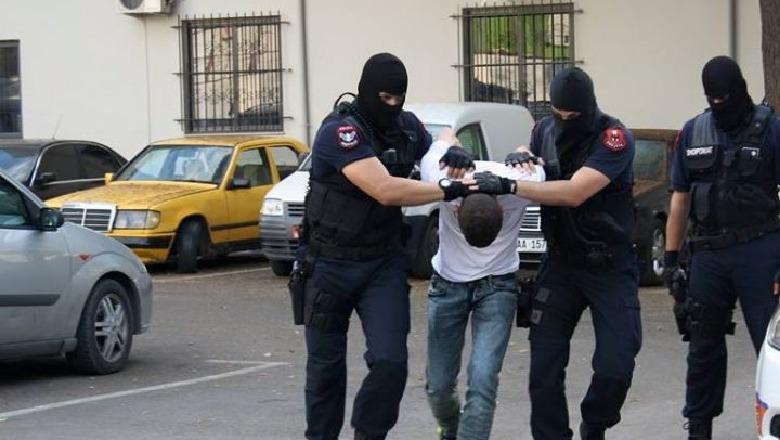 Kapet duke transportuar 9 sirianë për në vendet e BE  arrestohet 21 vjeçari në Elbasan