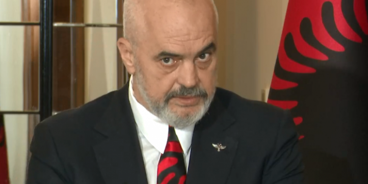 """""""Greqia, fqinj i çmuar"""", Rama me kollare me flamurin shqiptar në takimin me ministrin grek: Kemi hapur një kapitull pozitiv"""