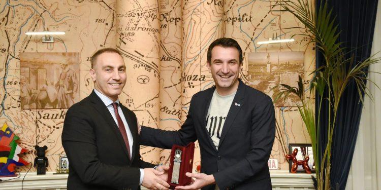 Veliaj takon Artan Grubin, ftesë shqiptarëve të maqedonisë për t'u regjistruar në census