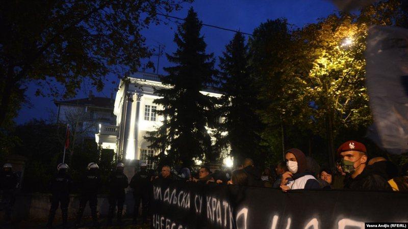 Sërish tensione?/ Serbët demonstrojnë para ambasadës shqiptare në Beograd